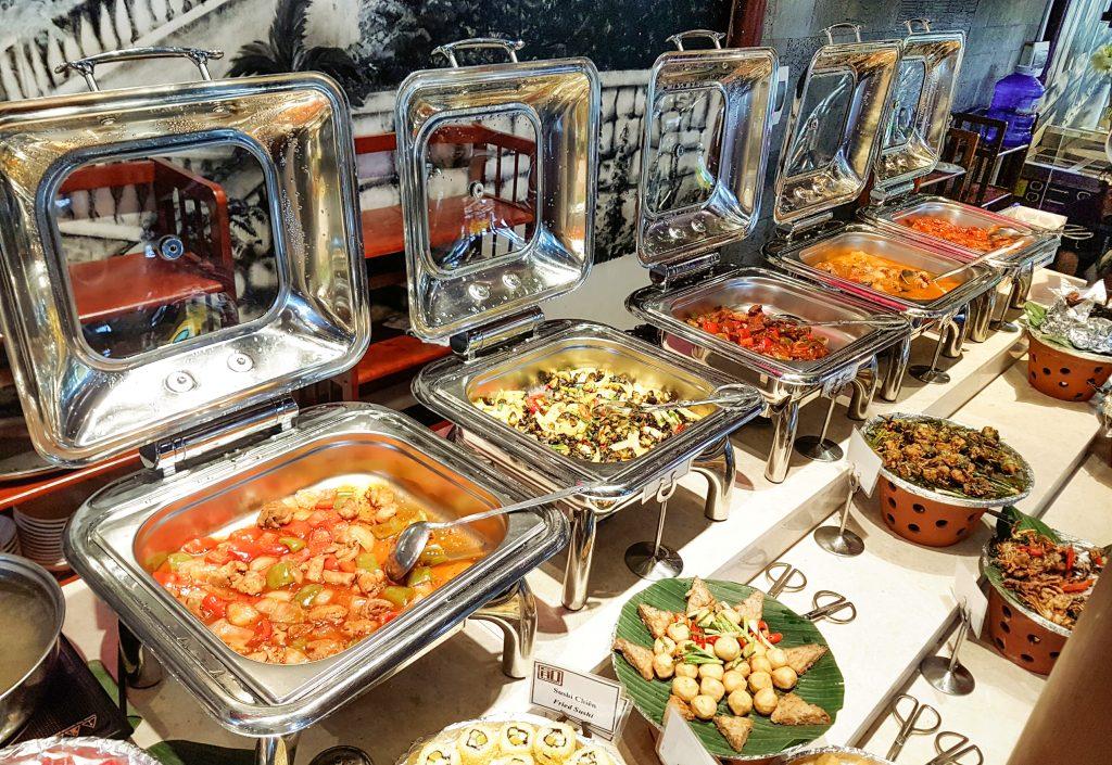 Thức ăn được đựng trong nồi hâm nóng buffet