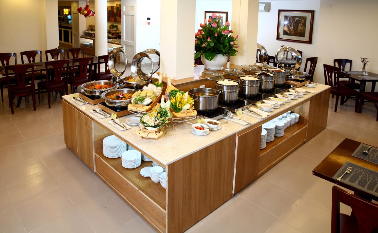 Quầy buffet của nhà hàng chay